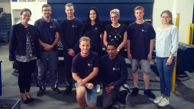 Gruppenfoto neue Azubis Huber Technik Erding Konstruktionsmechaniker, Kauffrau für Büromanagement, Elektroniker für Energie- und Gebäudetechnik