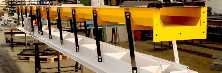Vibratstionrinne gelb schwarz amplitudenförmige Förderung von unsymmetischem Fördergut